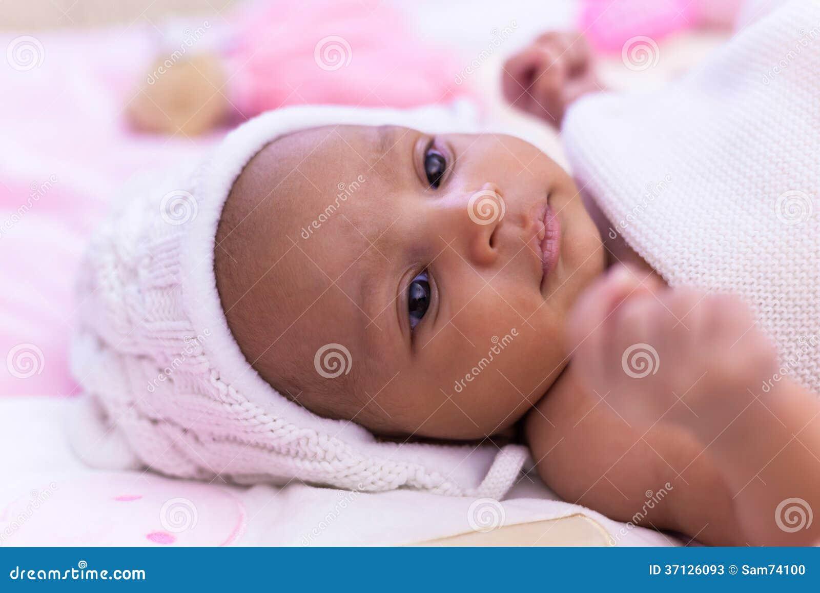 Aanbiddelijk weinig Afrikaans Amerikaans babymeisje die - Zwarte peopl kijken