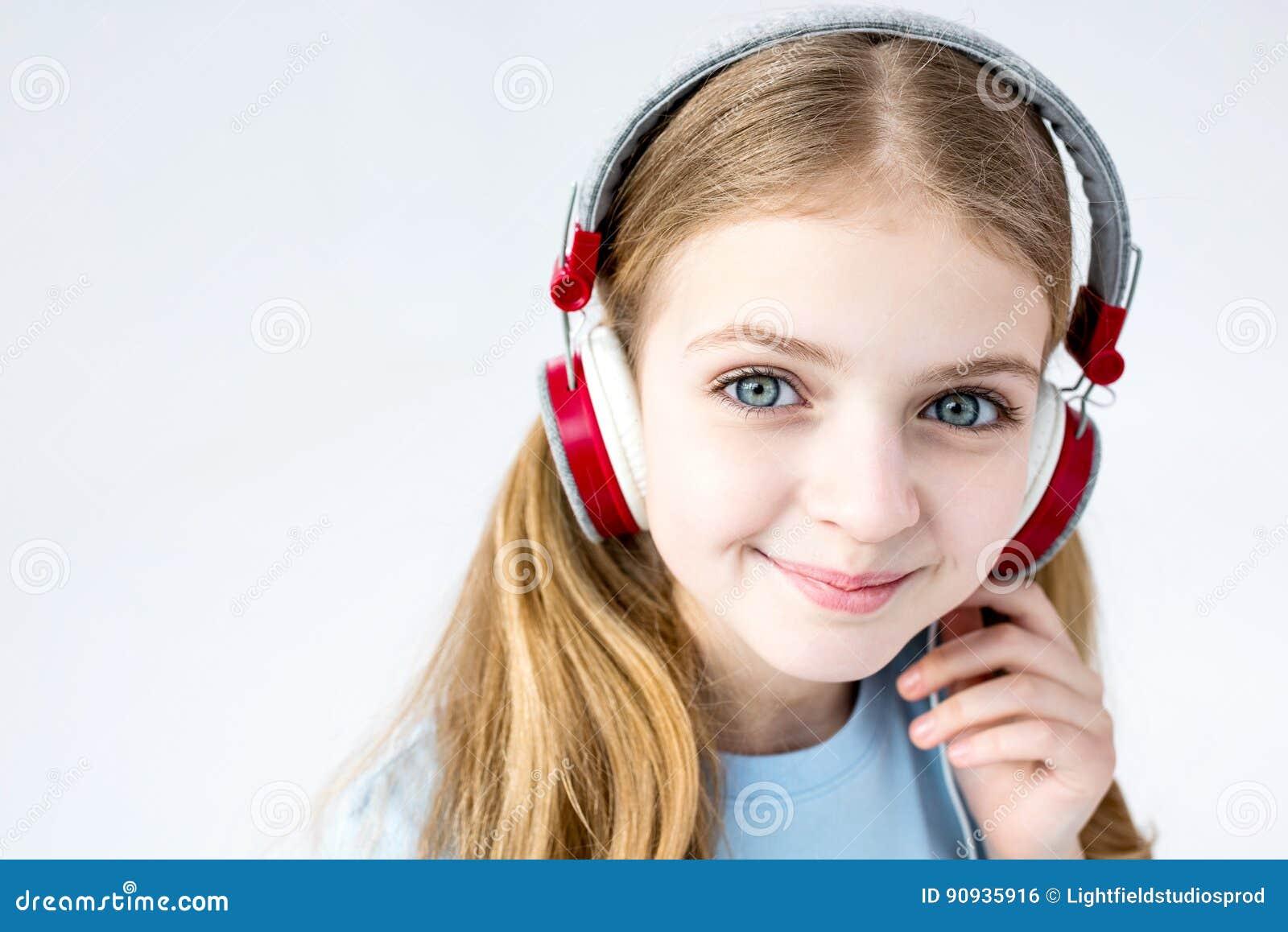 Aanbiddelijke meisje het luisteren muziek met hoofdtelefoons in studio