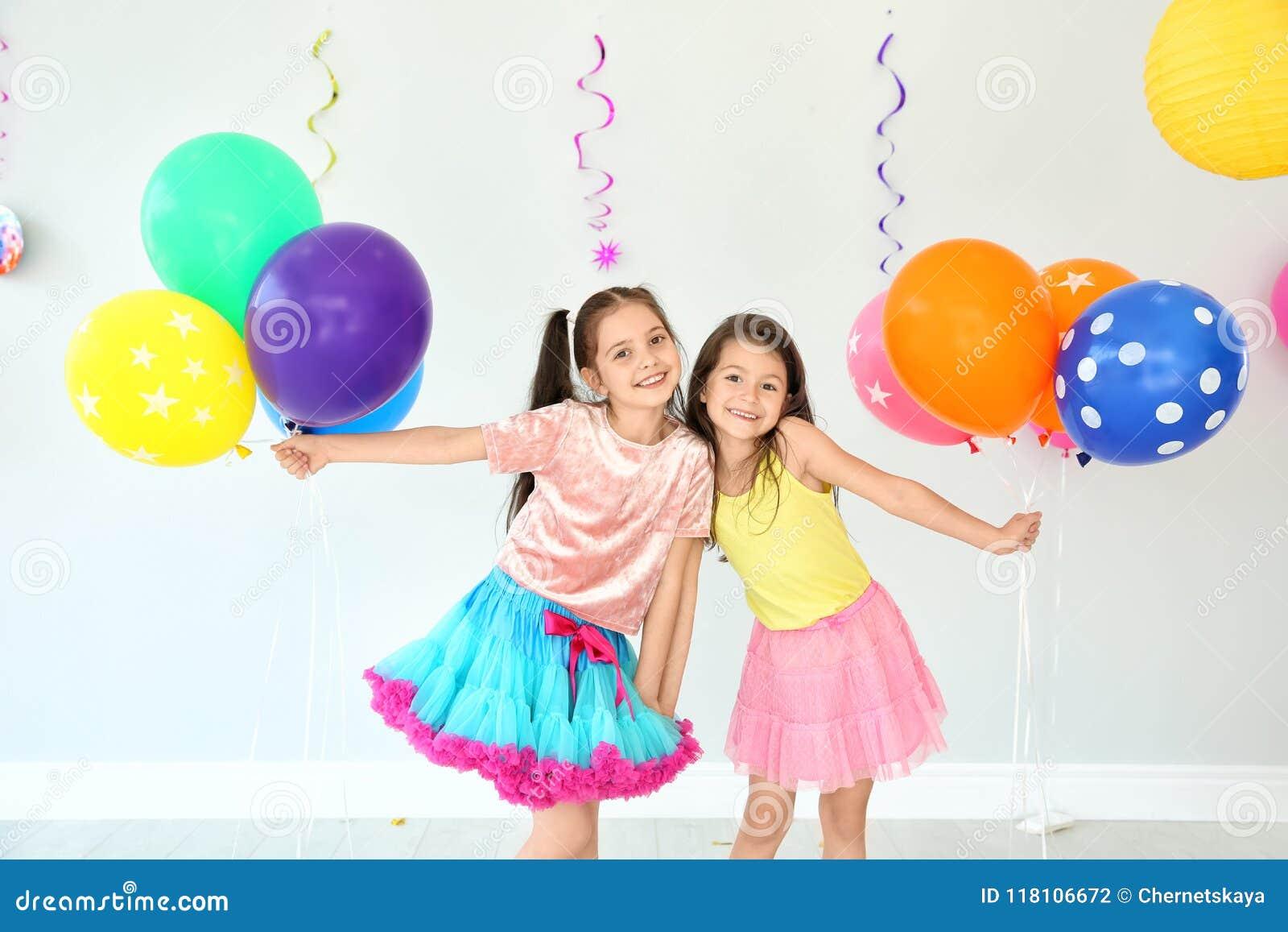 Aanbiddelijke meisjes bij verjaardagspartij binnen