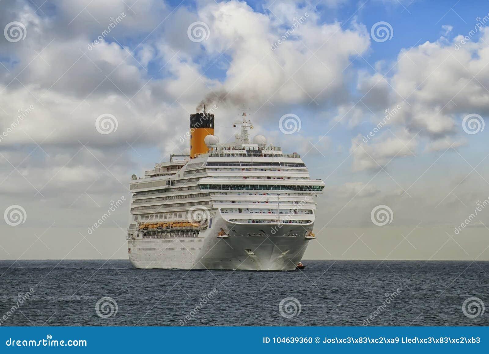 Download Aankomst Van Modern Cruiseschip Costa Magica Bij De Haven Van Alicante Redactionele Afbeelding - Afbeelding bestaande uit reddingsboten, oceaan: 104639360