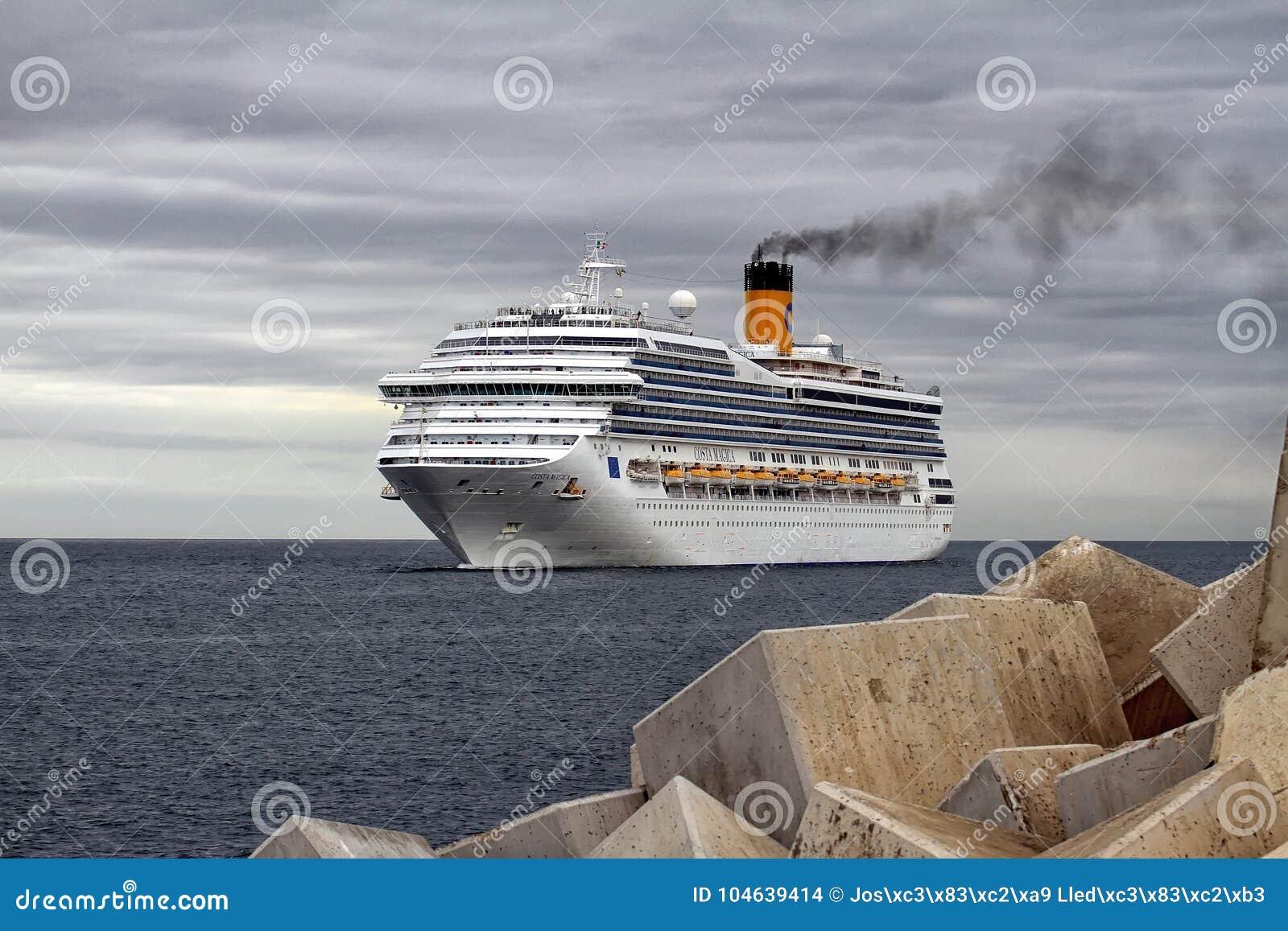 Download Aankomst Van Modern Cruiseschip Costa Magica Bij De Haven Van Alicante Redactionele Stock Afbeelding - Afbeelding bestaande uit ogenblik, groot: 104639414