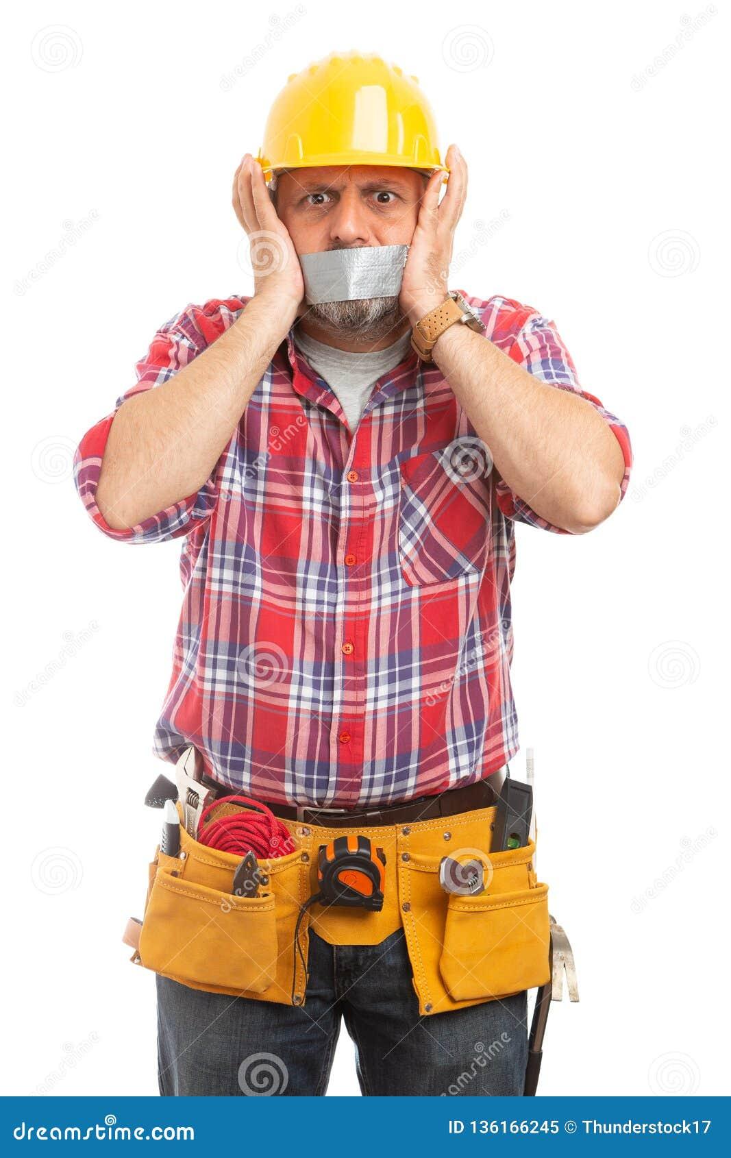 Aannemer met buisband op mond
