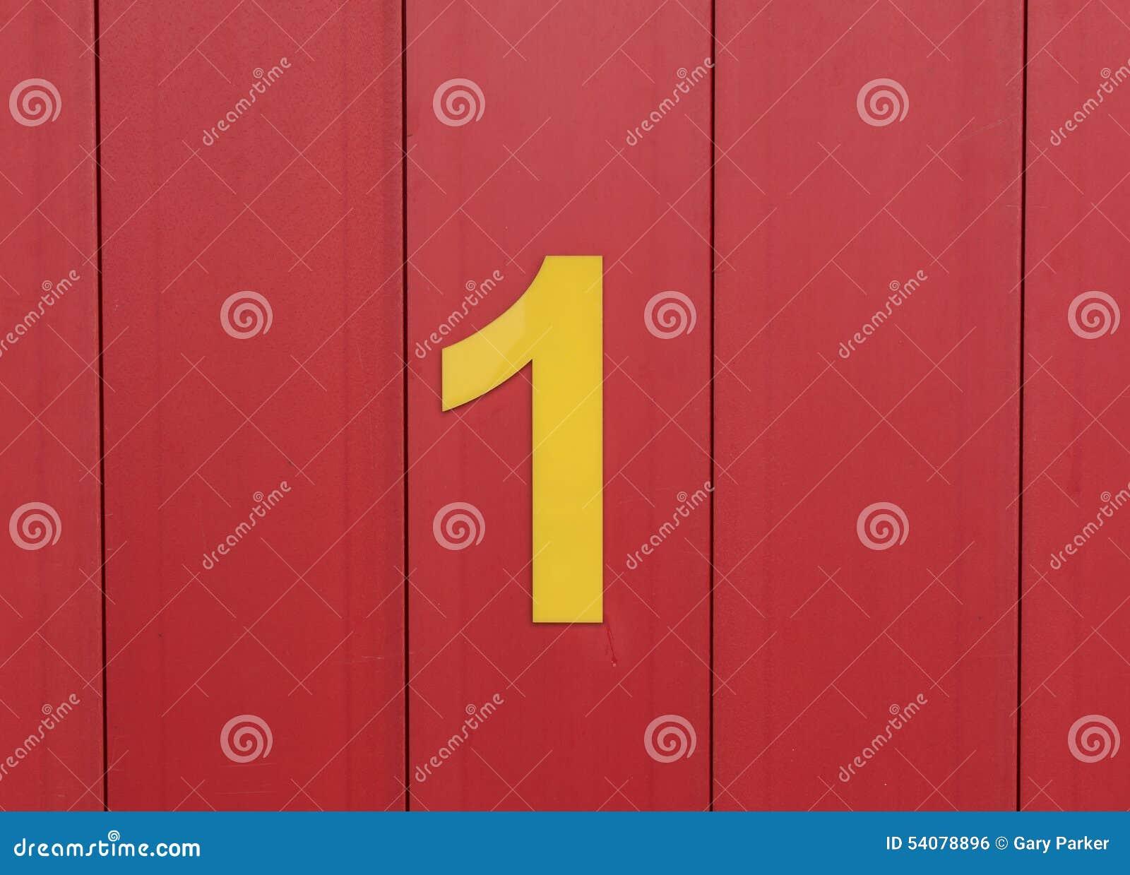 Aantal één, geel, tegen helder rood hout wordt geplaatst dat