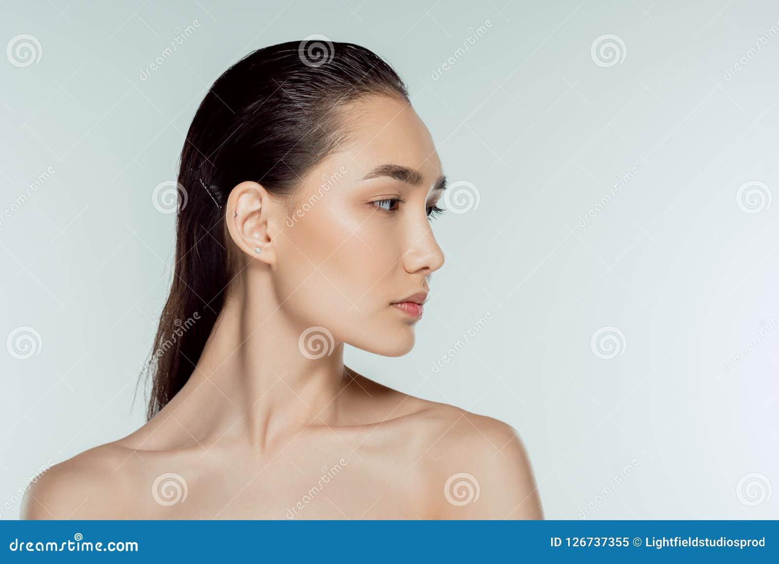 Aantrekkelijk Aziatisch meisje op grijs