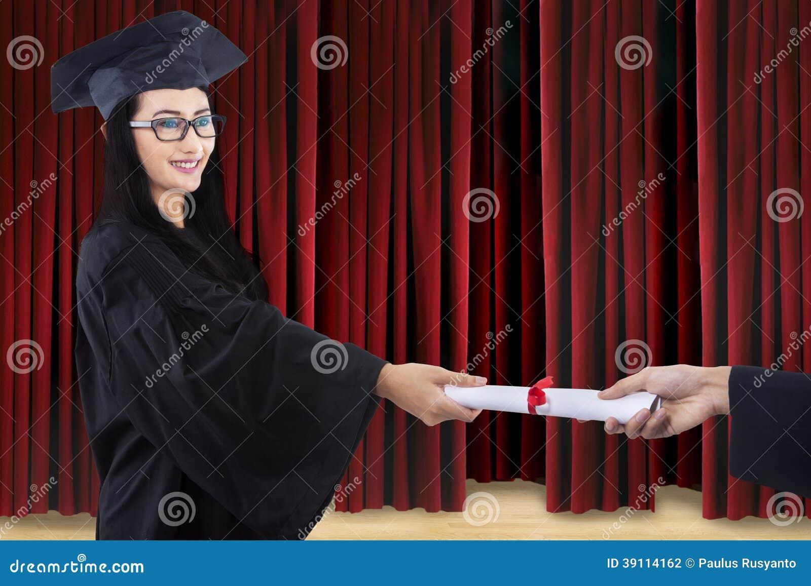 Aantrekkelijk gediplomeerde bepaald certificaat op stadium