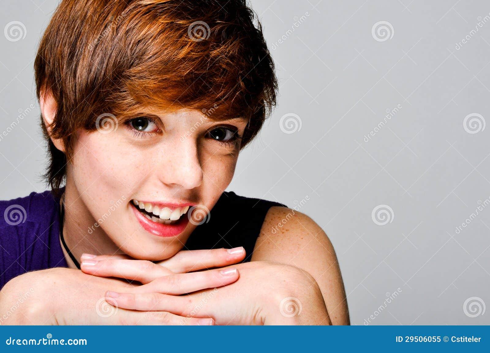 Aantrekkelijk jong het glimlachen vrouwelijk model
