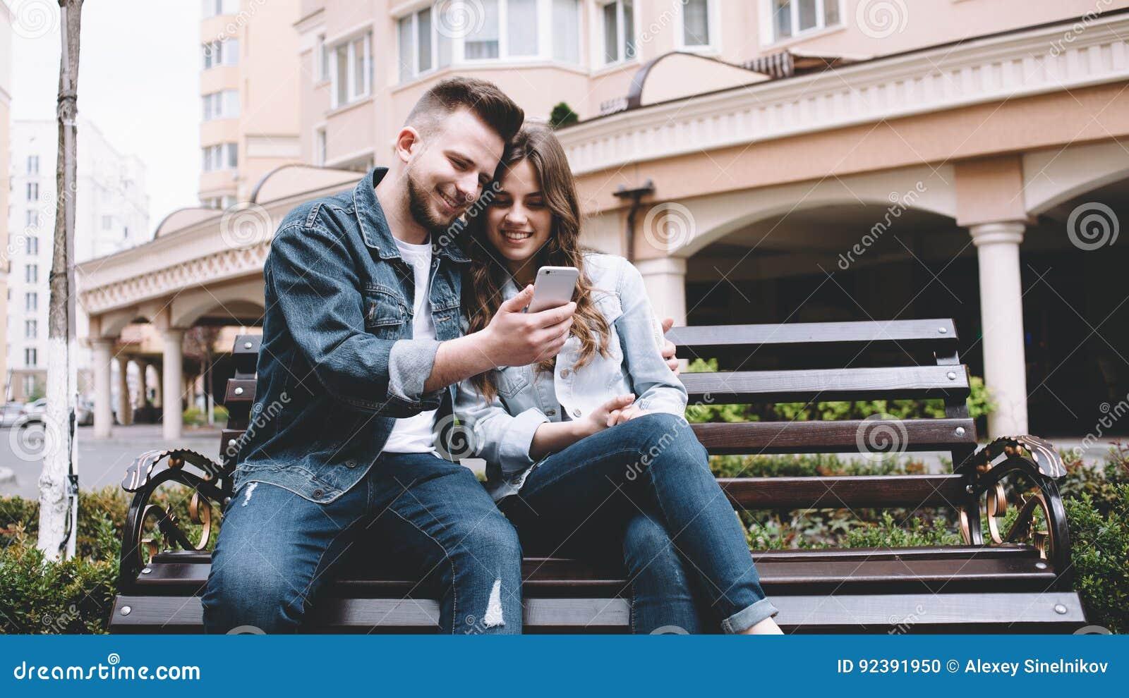 Aantrekkelijk jong paar op een datum in een park