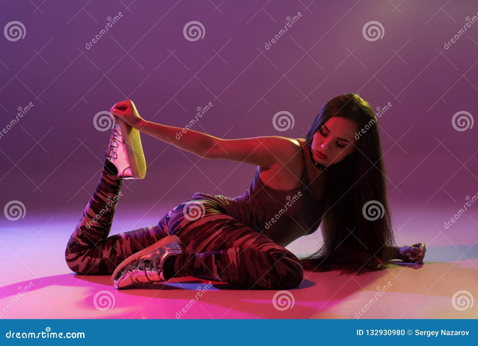 Aantrekkelijk meisje die twerk in de studio dansen