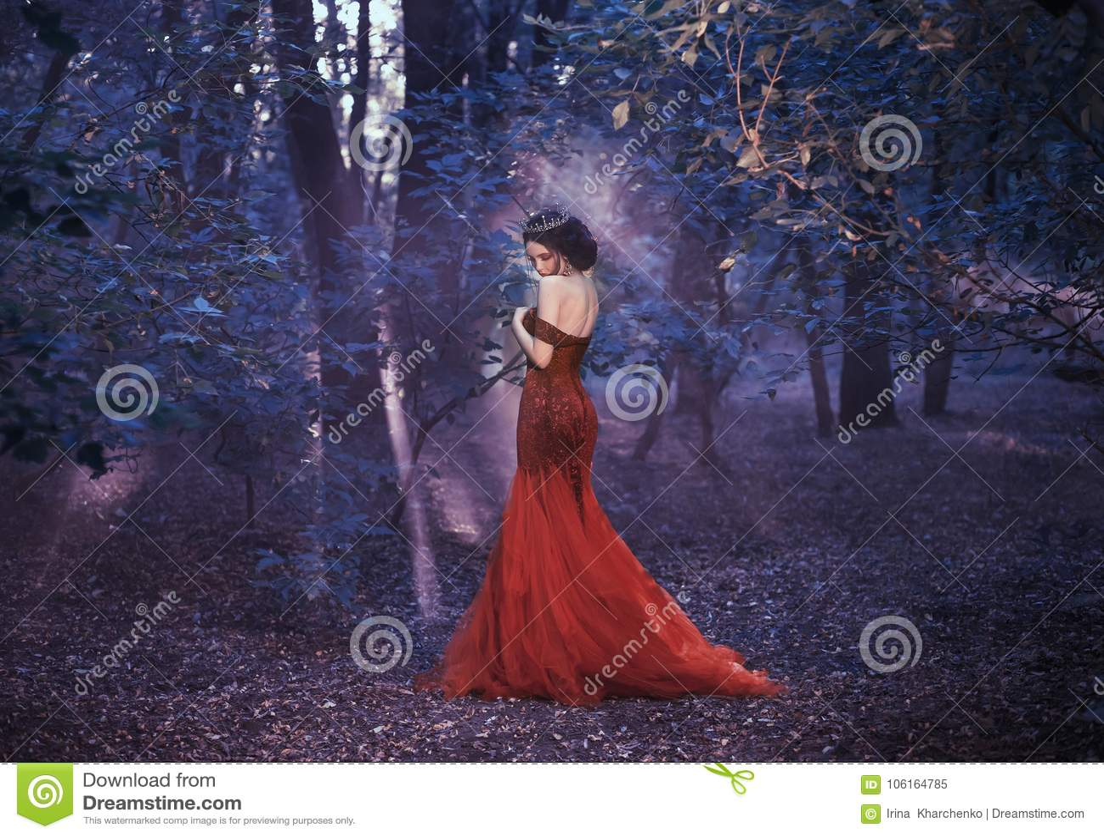 Aantrekkelijk meisje in een rode kleding