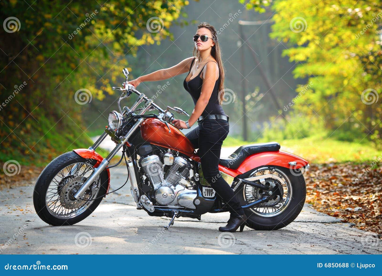 Aantrekkelijk meisje op een motor