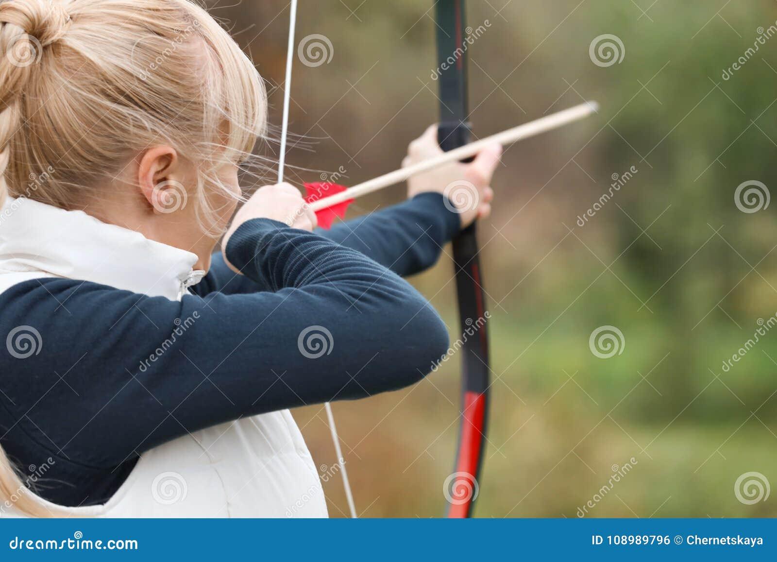 Aantrekkelijk vrouw het praktizeren boogschieten