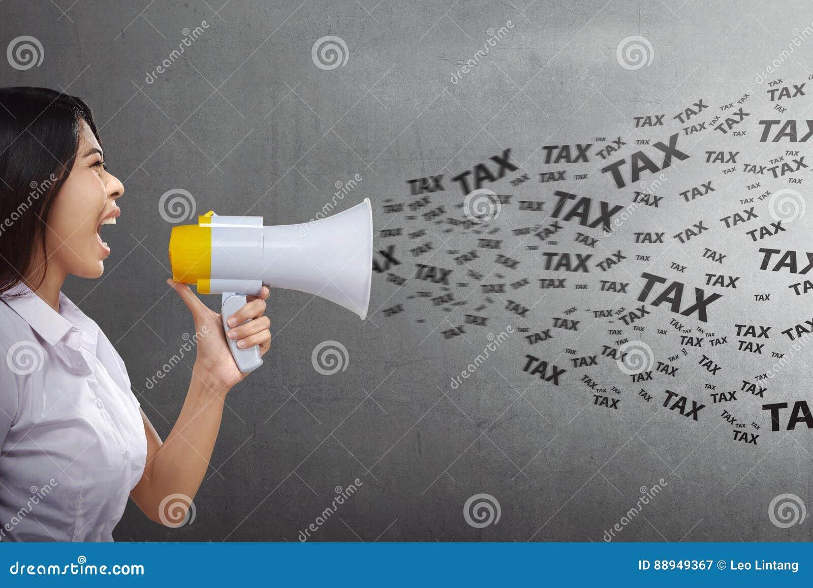 Aantrekkelijke Aziatische bedrijfsvrouw die belastingen met megafoon zeggen