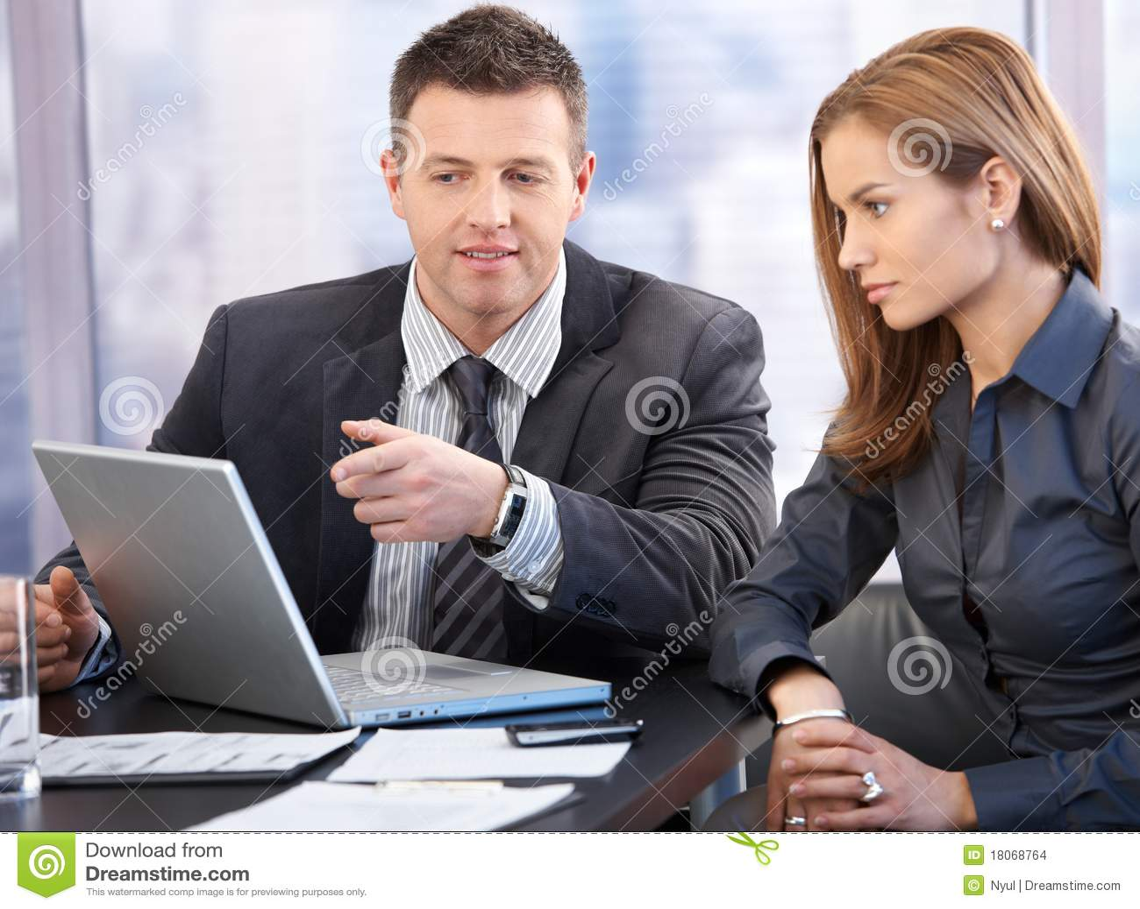 Aantrekkelijke businesspeople die bespreking heeft