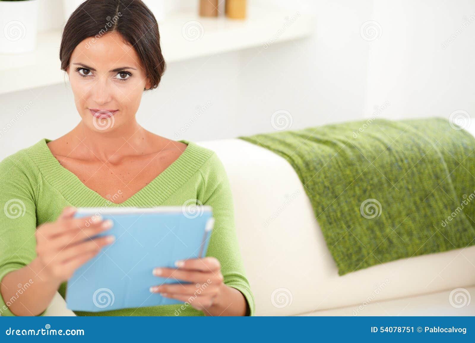 Aantrekkelijke dame die een tablet binnen houden
