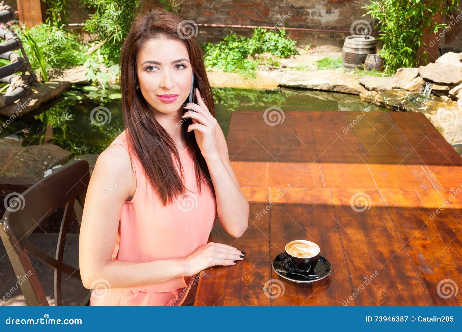 Aantrekkelijke dame die vraag buiten op terras maken stock foto afbeelding 73946387 - Buiten terras model ...