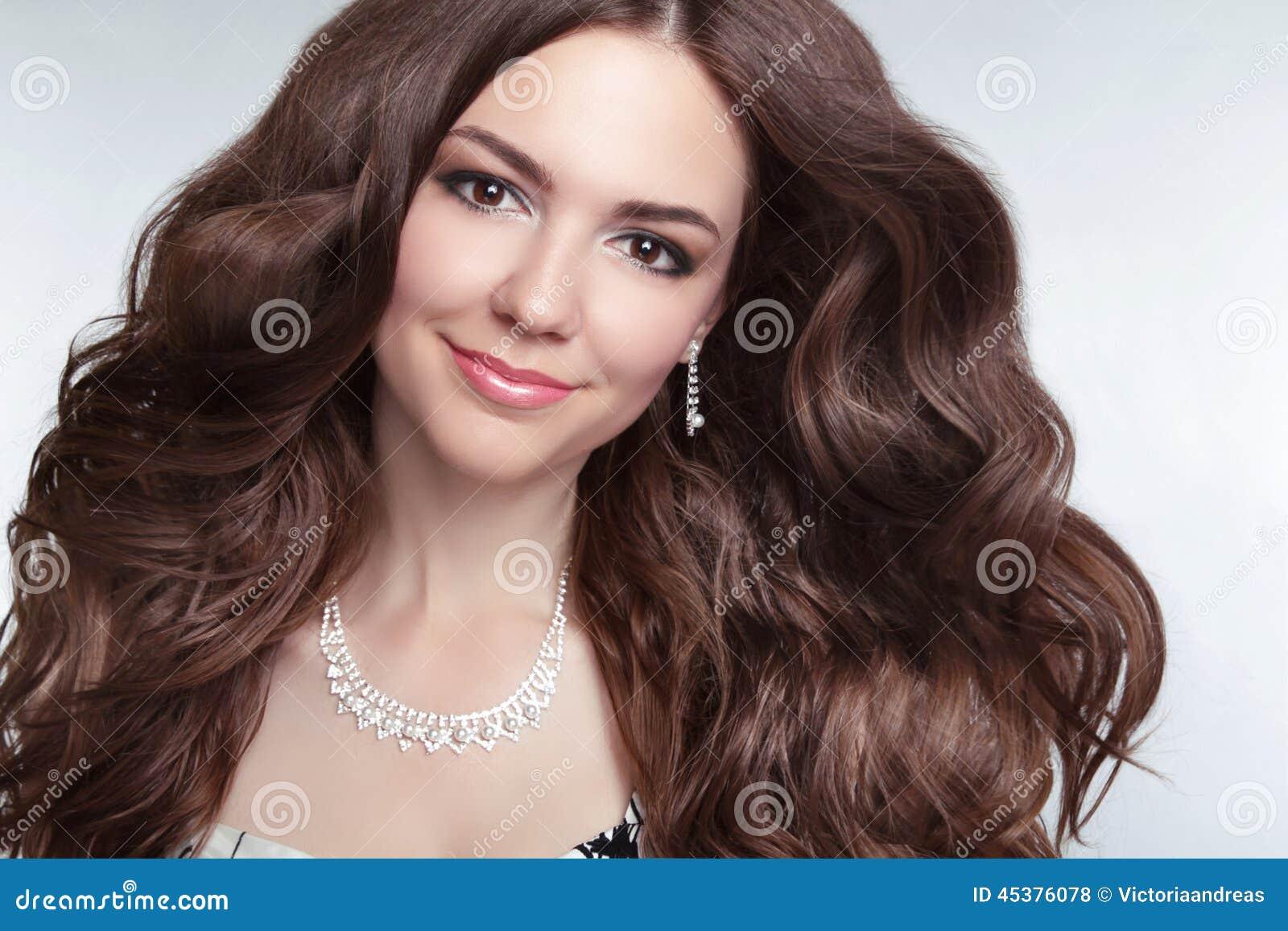 Aantrekkelijke donkerbruine jonge glimlachende vrouw ModelPortrait Lange hea
