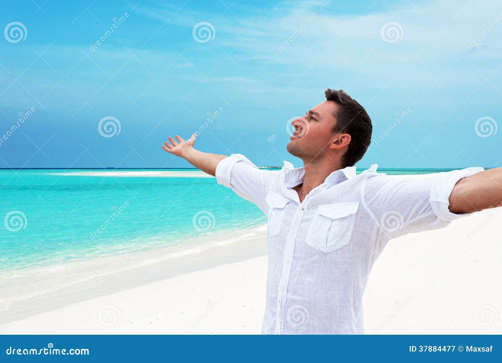 Aantrekkelijke gelukkige glimlachende mens die omhoog in de afstand met h kijken
