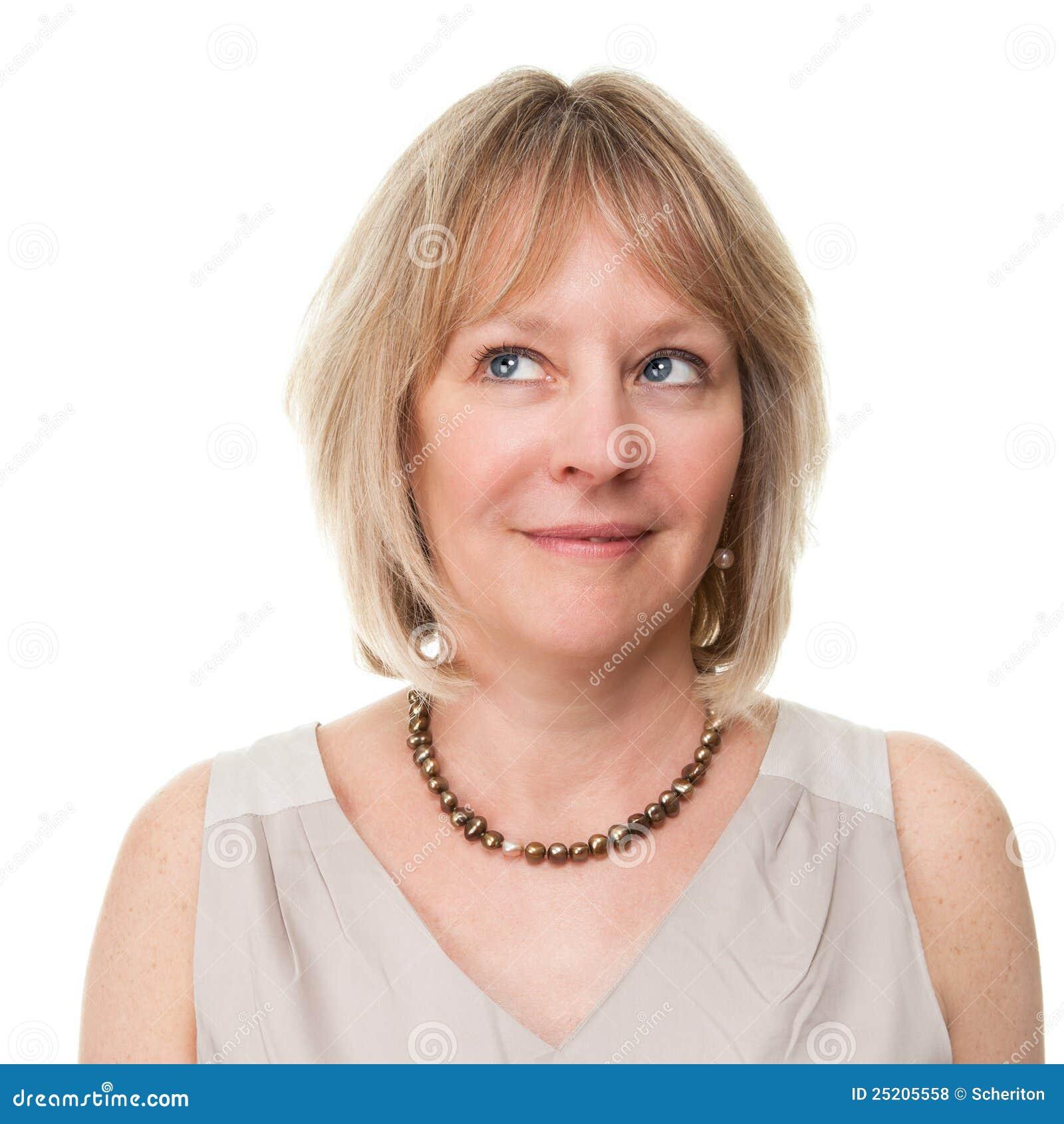 Aantrekkelijke Glimlachende Rijpe Vrouw die Upwards kijkt