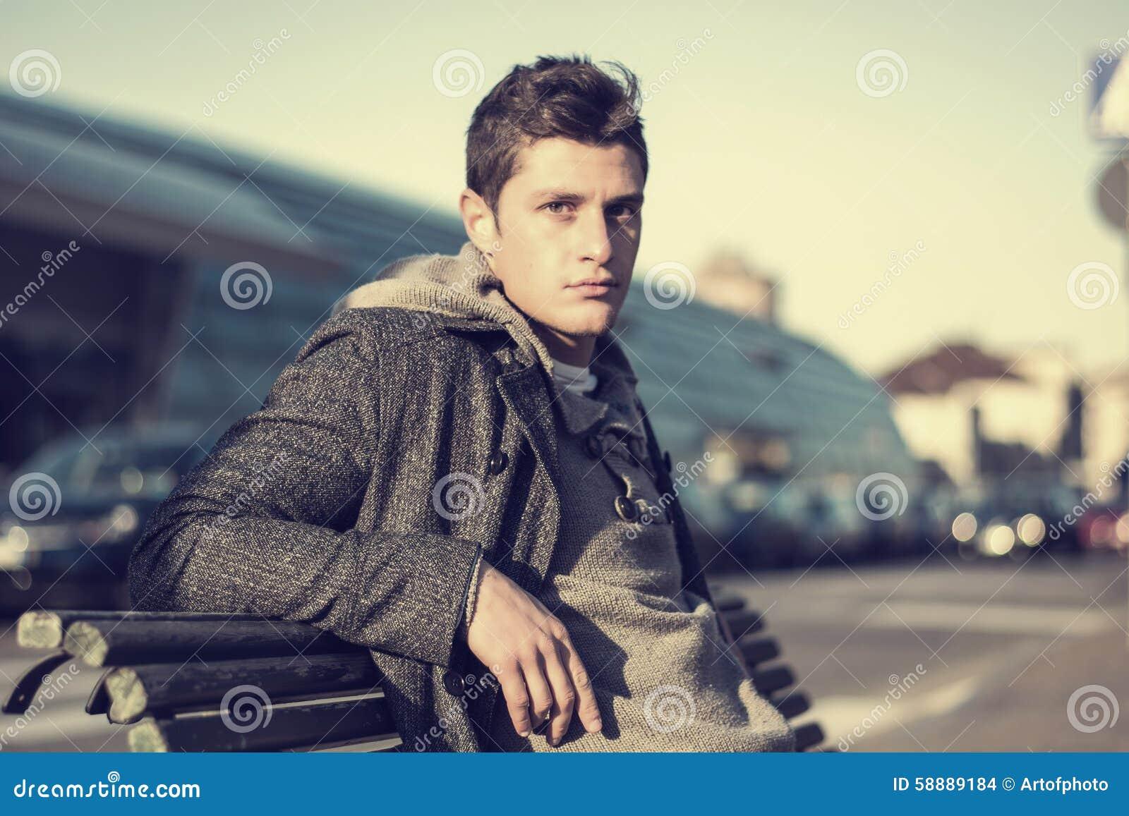 Aantrekkelijke jonge mens in stedelijk milieu
