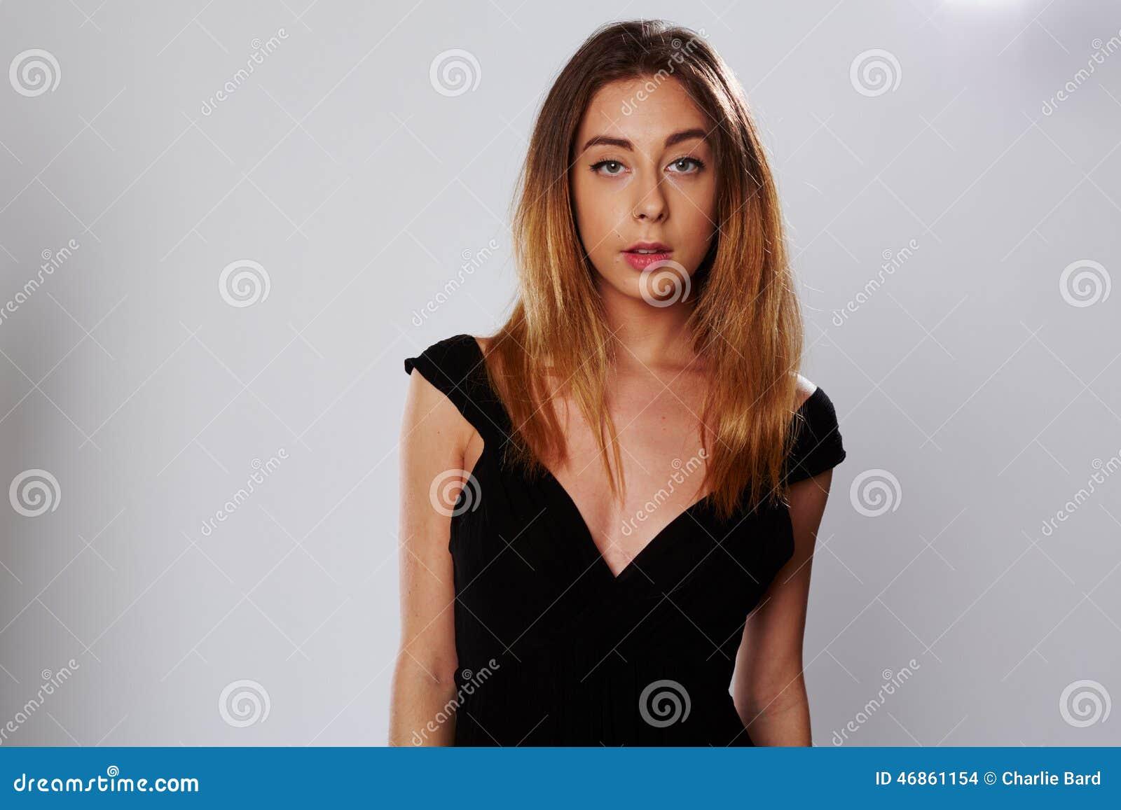 Aantrekkelijke jonge vrouw in een modieuze kleding