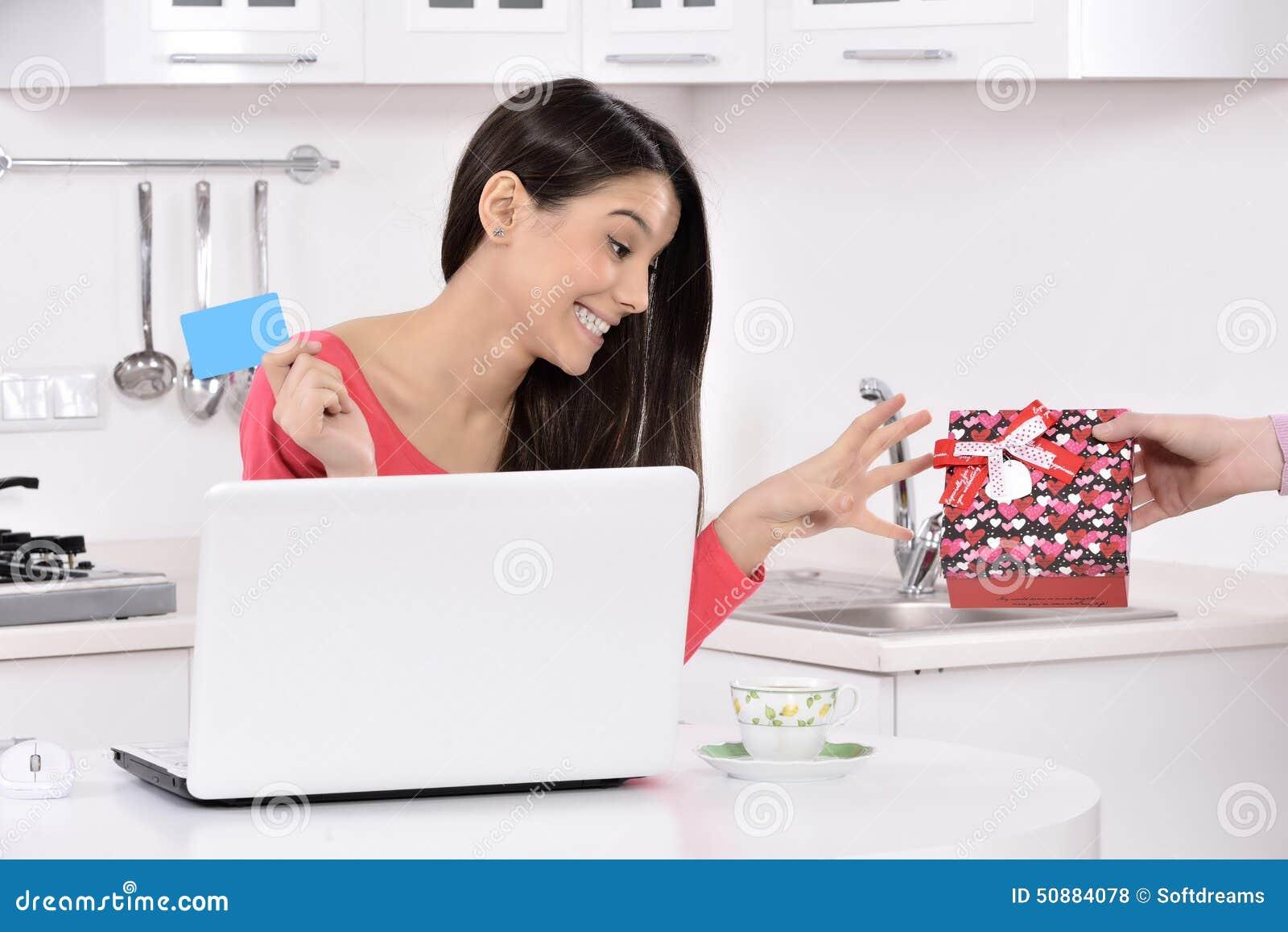 Aantrekkelijke jonge vrouw met giftdozen