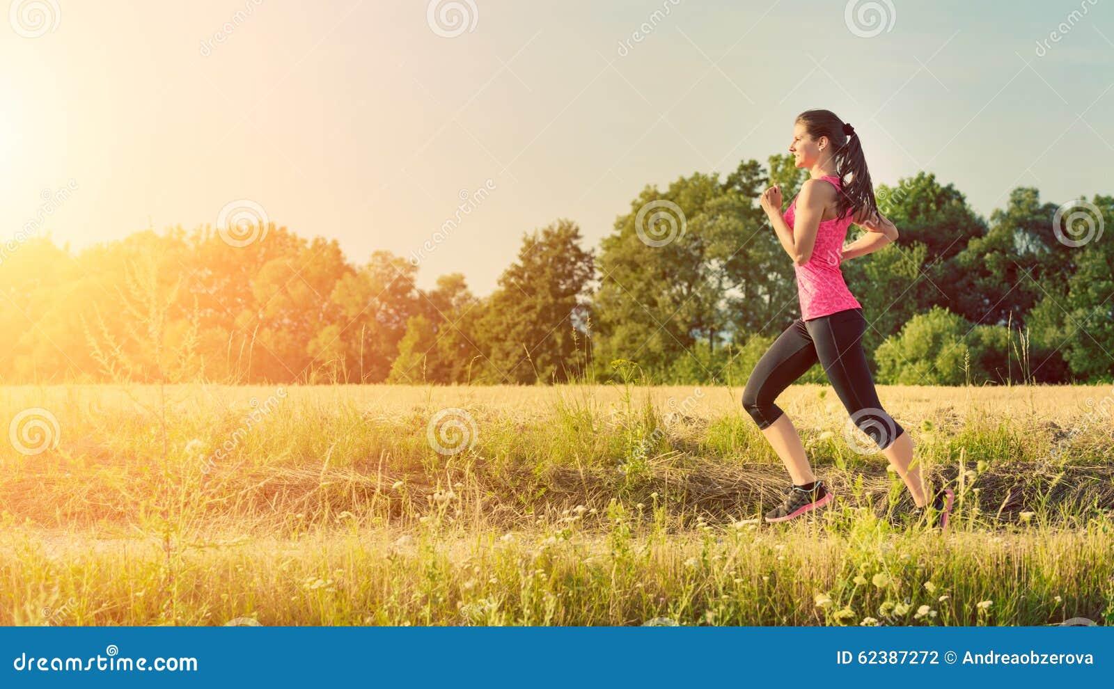 Aantrekkelijke jonge vrouwelijke jogging