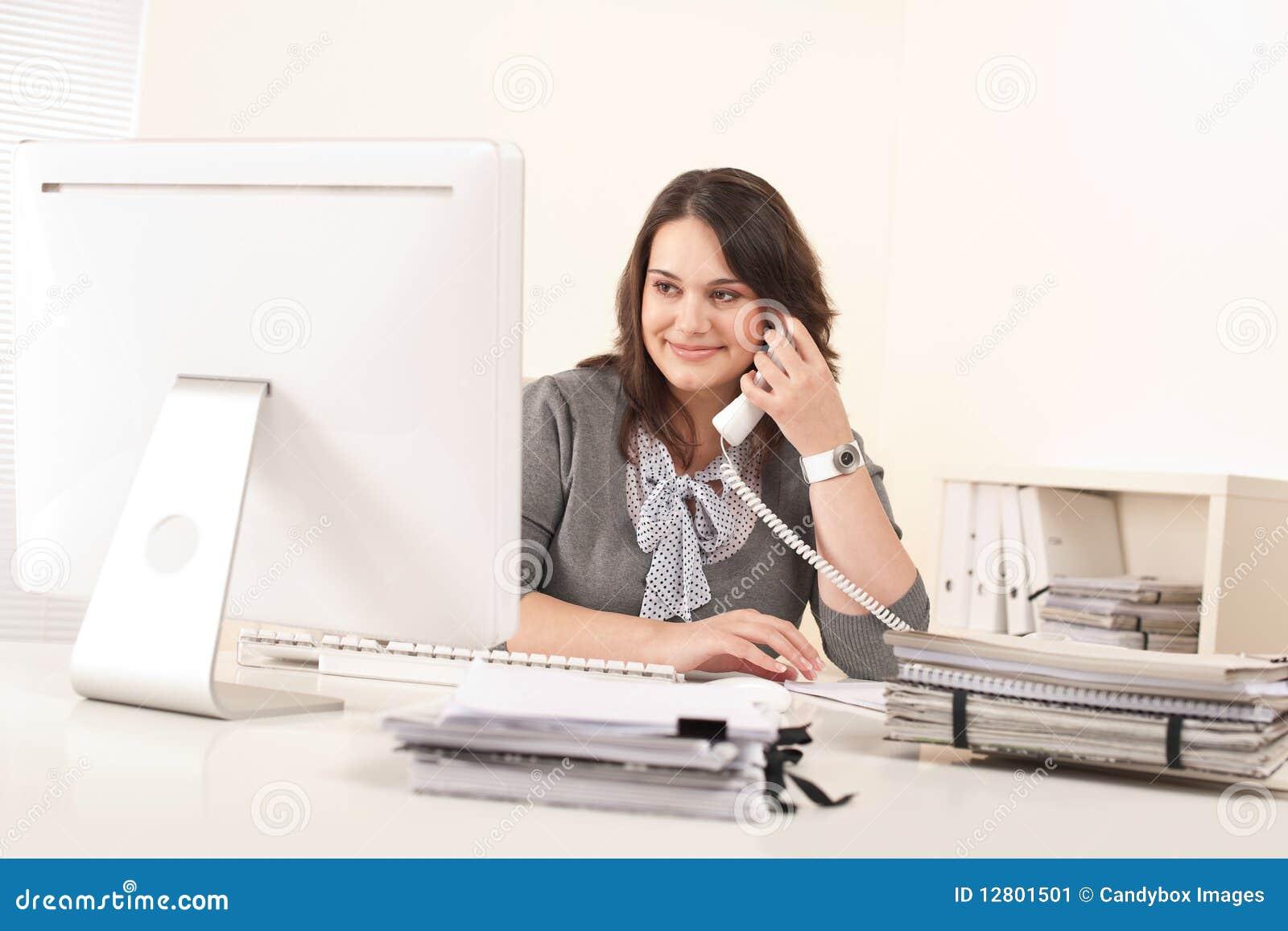 Aantrekkelijke secretaresse op telefoon op kantoor stock afbeelding afbeelding 12801501 - Decoreren van een professioneel kantoor ...