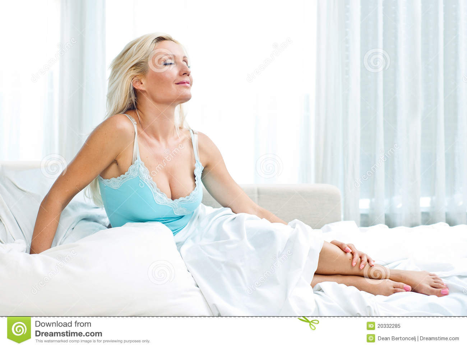 Aantrekkelijke Vrouw In Bed Stock Afbeelding - Afbeelding Bestaande Uit Mensen -5844