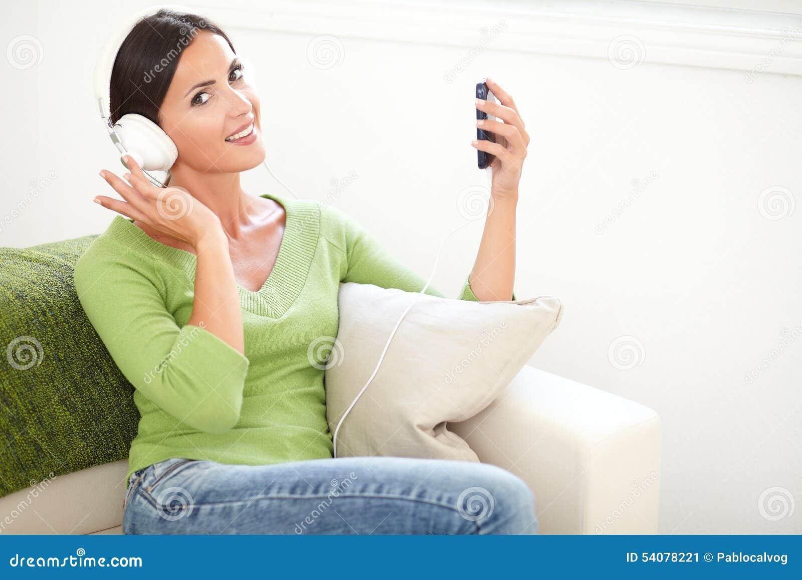 Aantrekkelijke vrouw die een draagbare muziekspeler houden