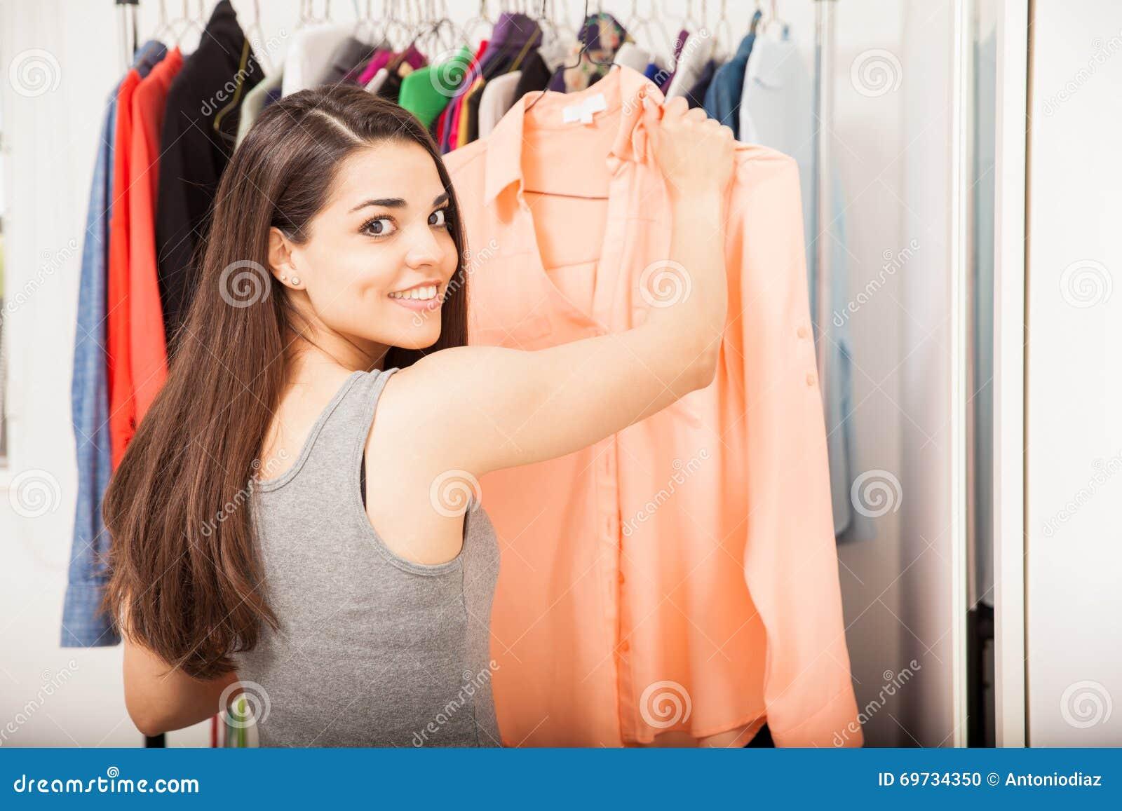 Mooie Kleding Kopen.Aantrekkelijke Vrouw Die Sommige Kleren Kopen Stock Foto