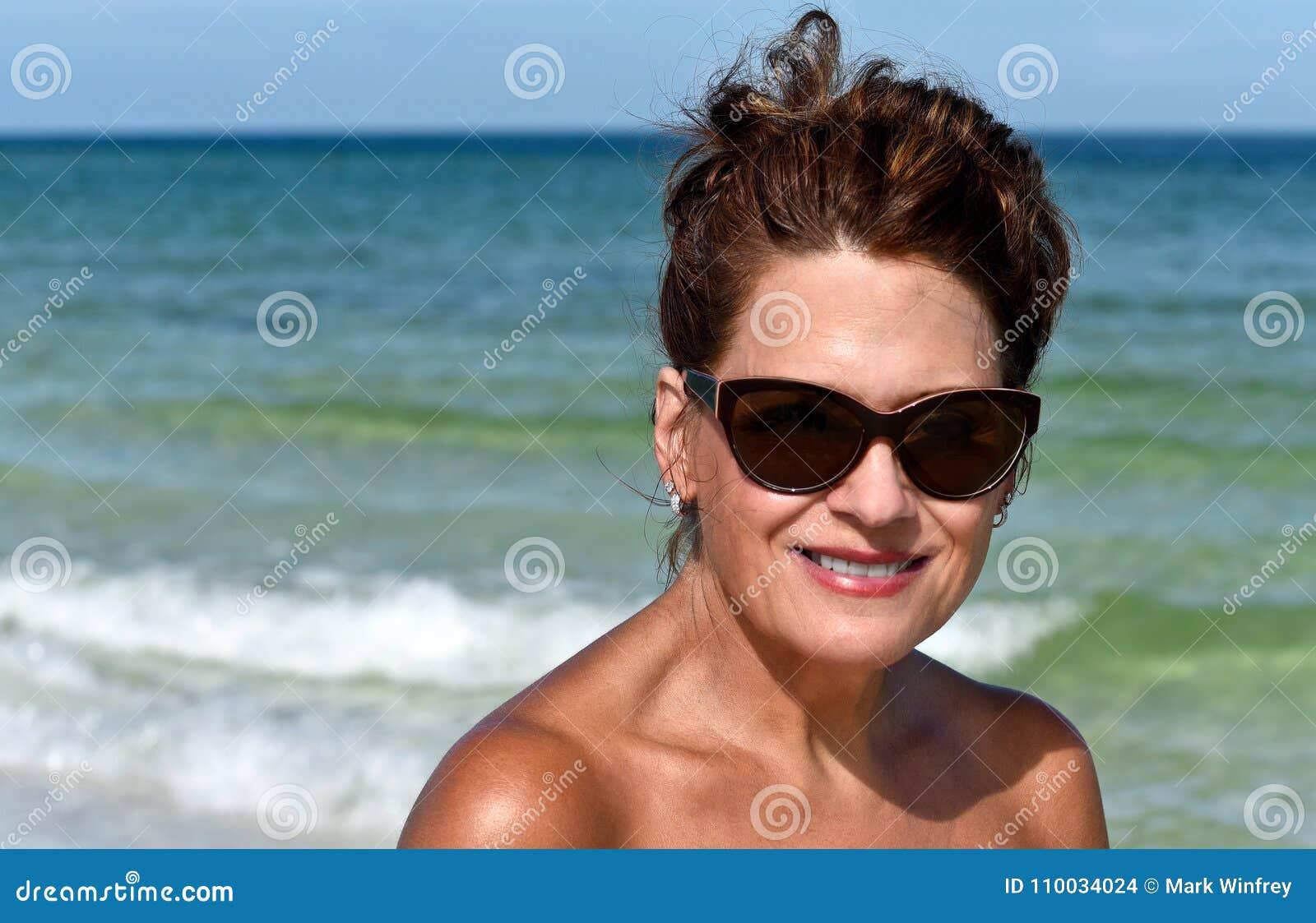 Aantrekkelijke vrouw op strand