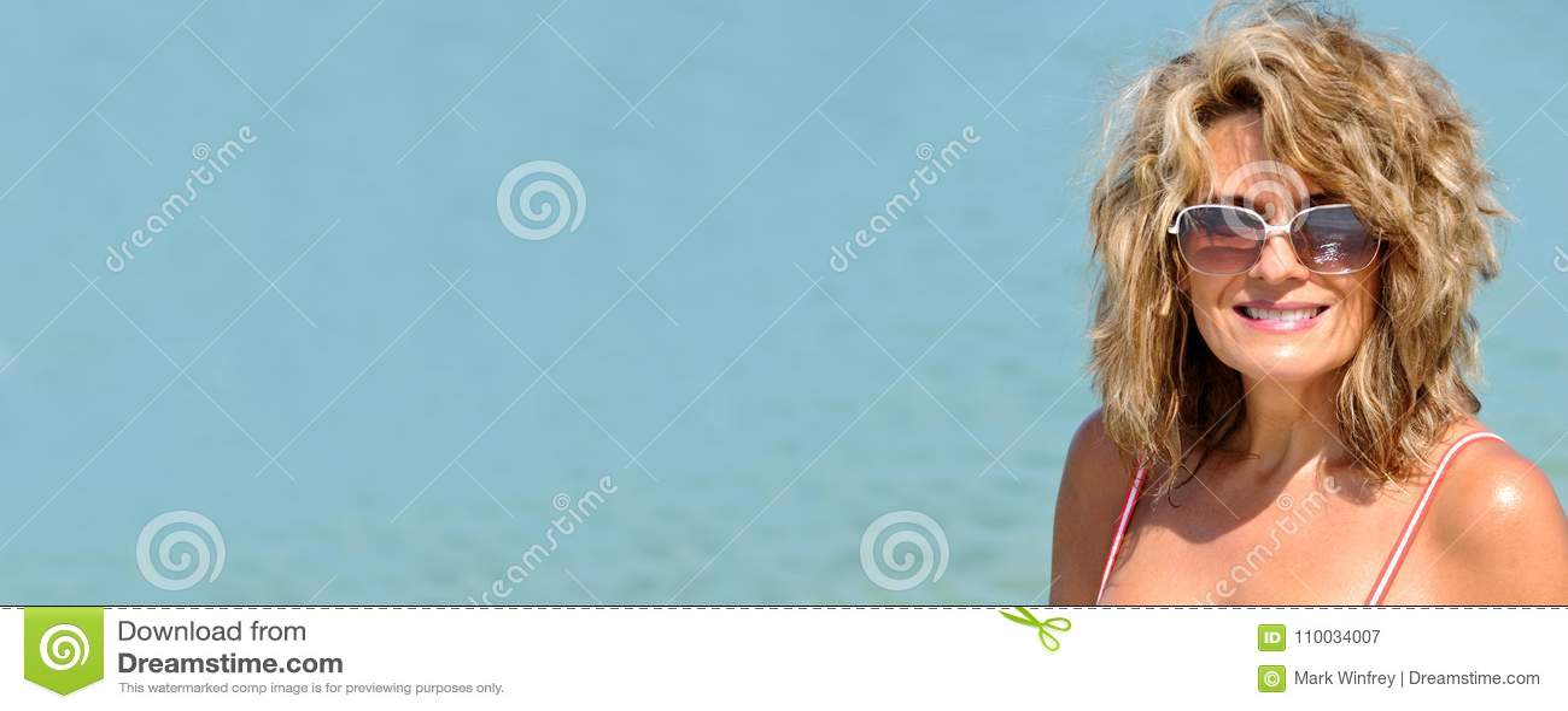 Aantrekkelijke vrouw in zwempak
