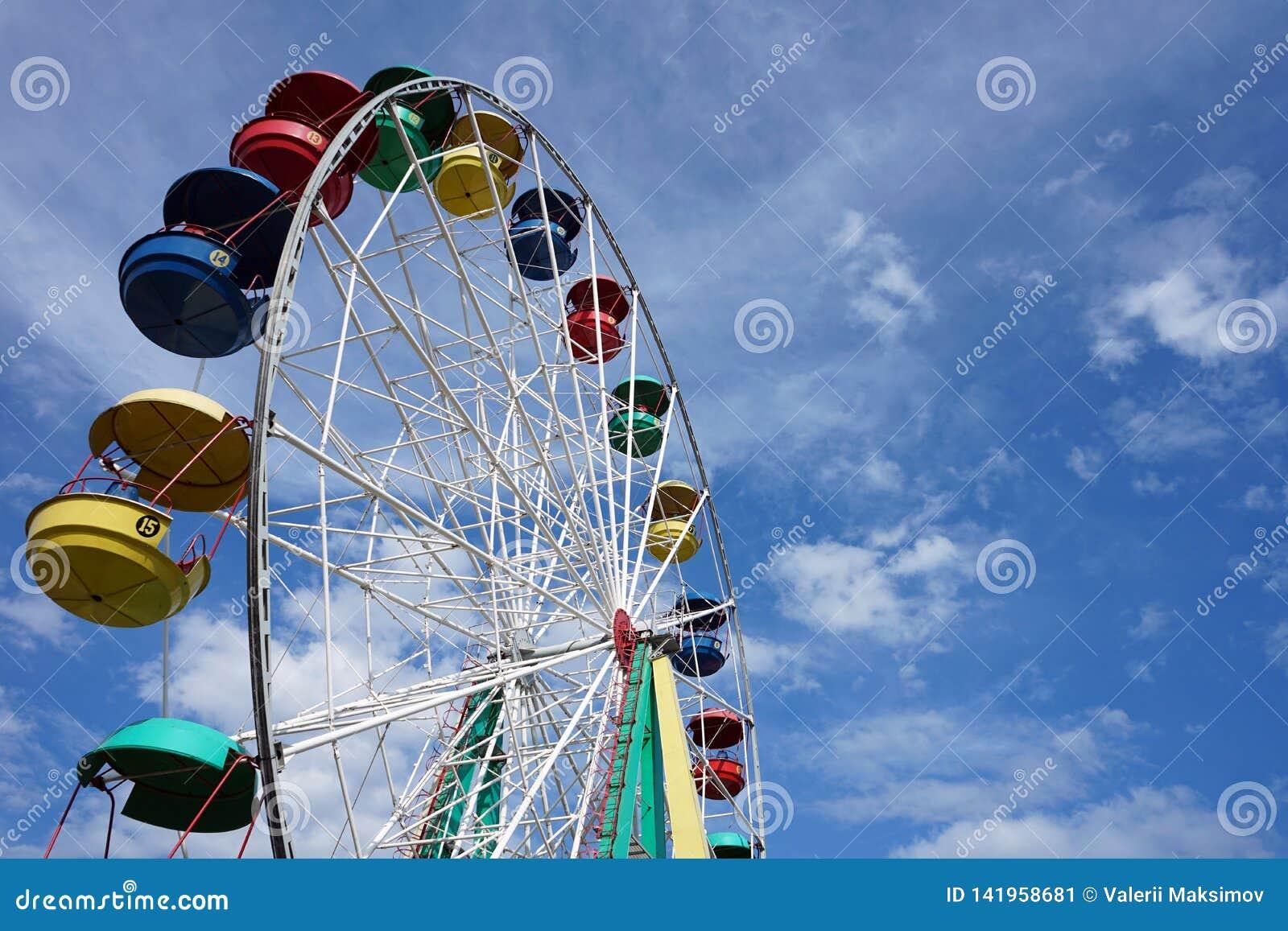 Aantrekkelijkheid Ferris Wheel op een blauwe hemelachtergrond