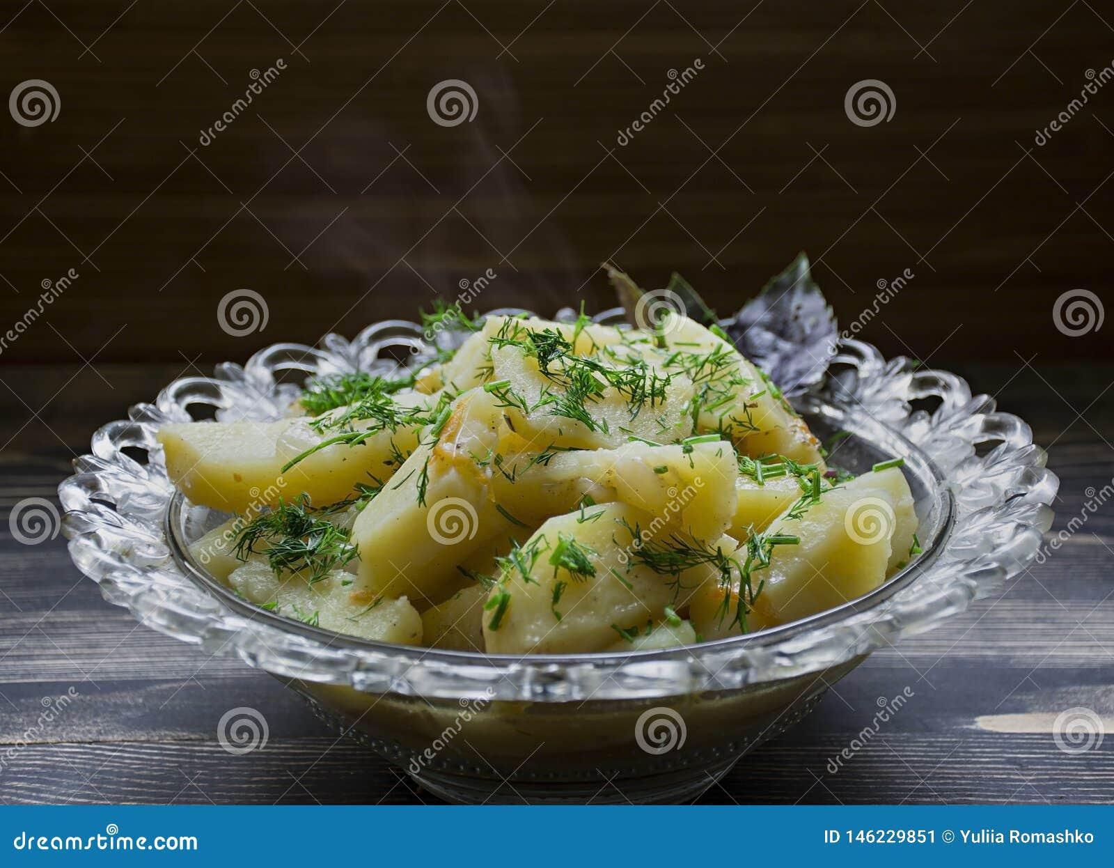Aardappel met groenten en kruiden wordt gestoofd dat Smakelijke en voedzame lunch