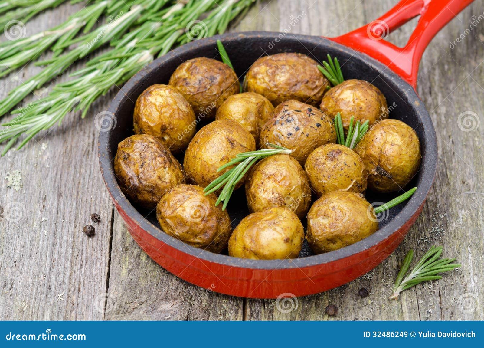 aardappelen met rozemarijn in de pan