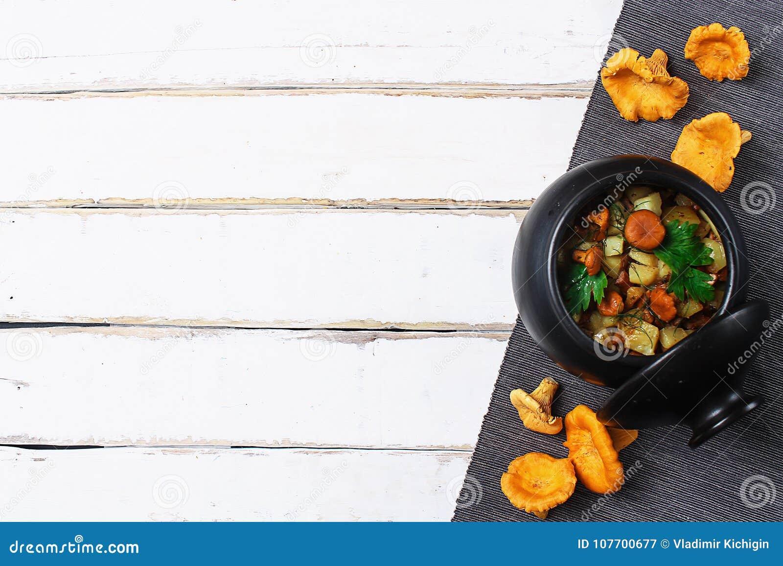 Download Aardappels Met Paddestoelen In Een Kleipot Paddestoelen Van Het Bos Stock Afbeelding - Afbeelding bestaande uit ceramisch, peterselie: 107700677