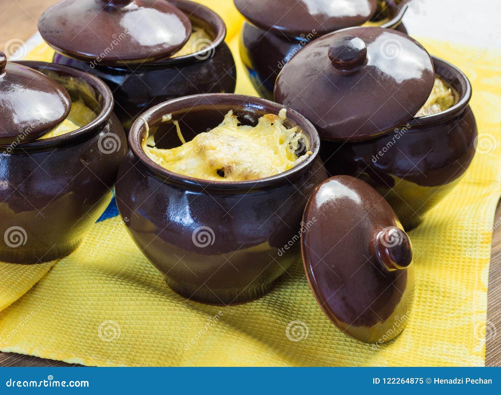 Aardappels in potten met heerlijke kaas