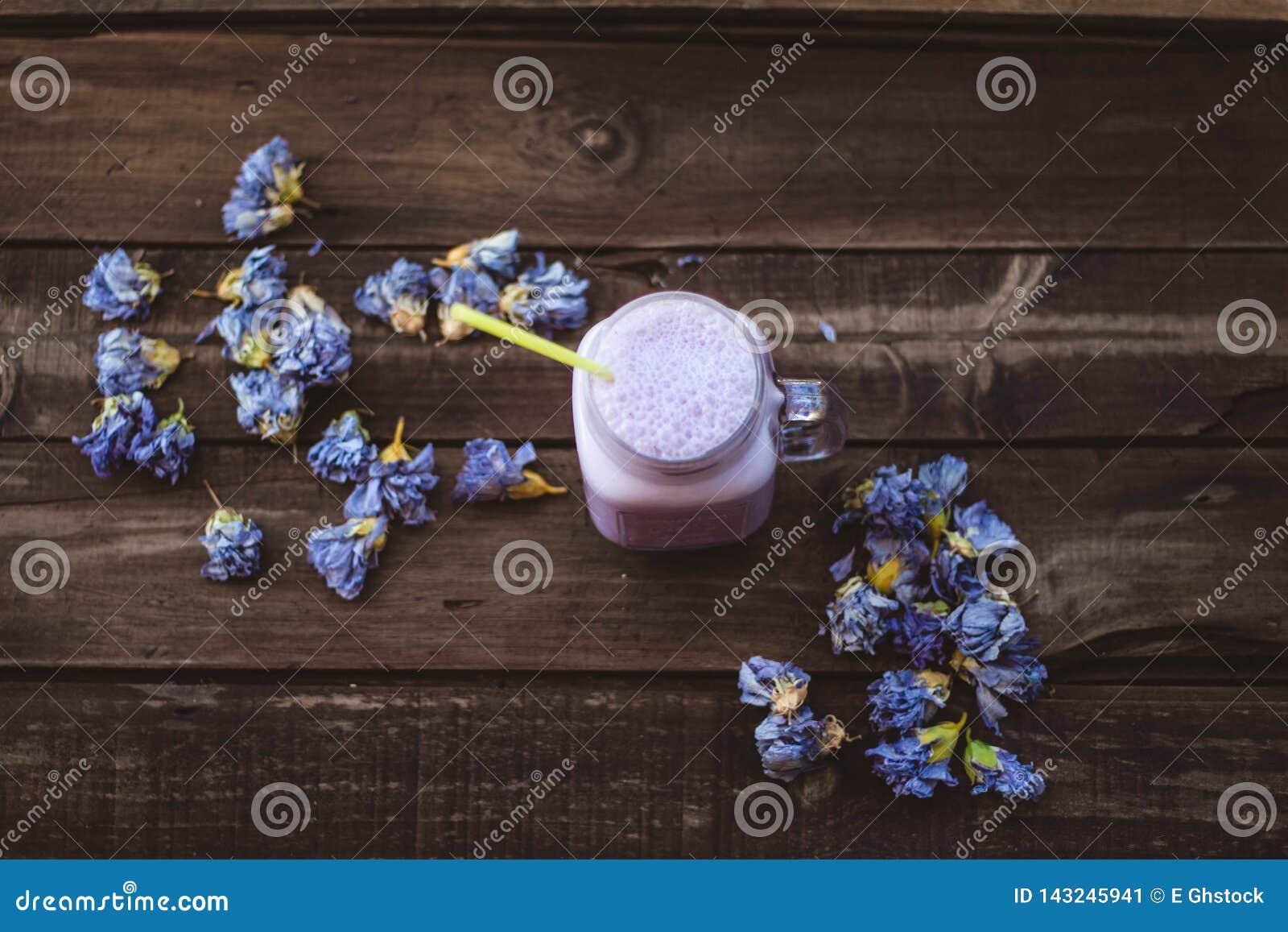Aardbei en Amerikaanse veenbes smoothie met droge bloemen op een houten lijst