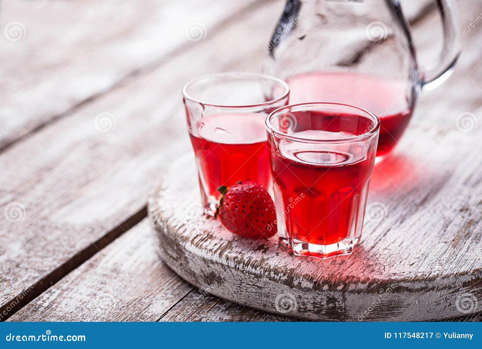 Aardbeialcoholische drank in glazen