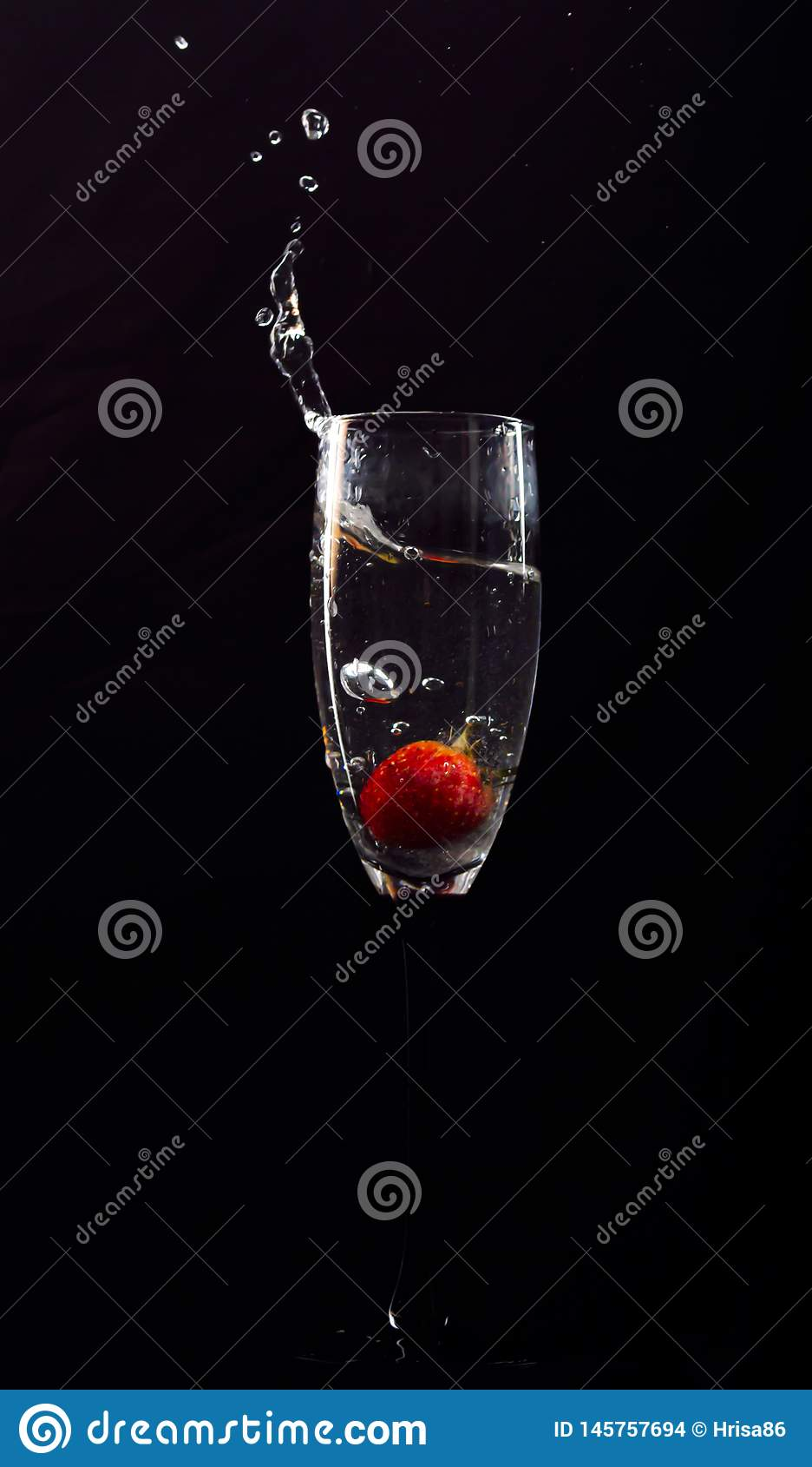 Aardbeibellen in glas water