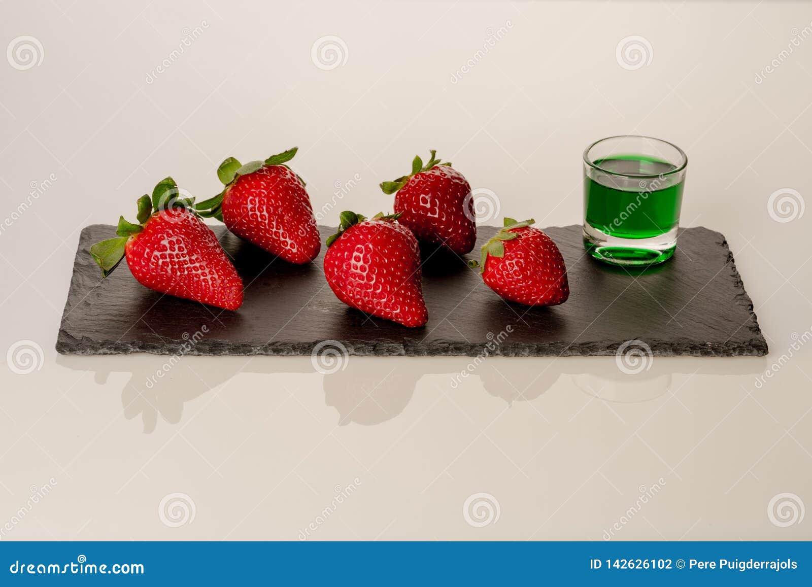 Aardbeien met pepermunt op zwarte plaat