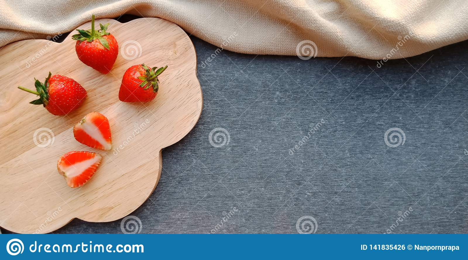 Aardbeien op houten plaat en donkere achtergrond