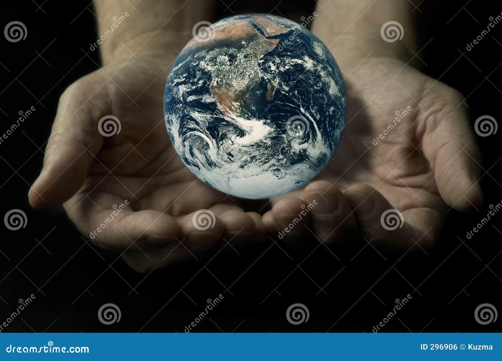 Aarde op de handen
