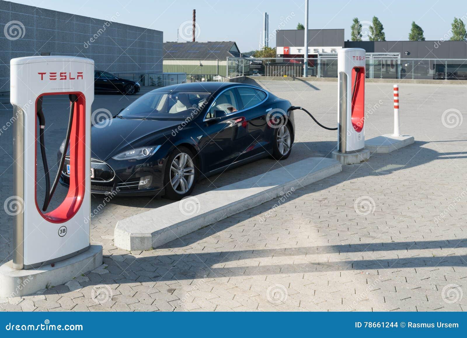 Aarhus, Dinamarca - 14 de setembro de 2016: Carro de Tesla que está sendo carregado em