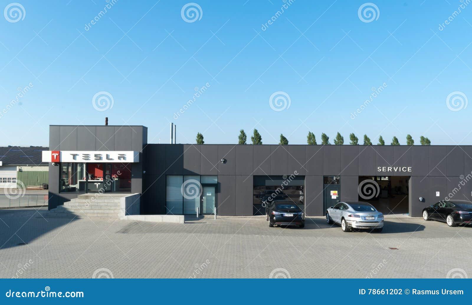 Aarhus, Dinamarca - 14 de setembro de 2016: Carros que esperam no serviço de Tesla