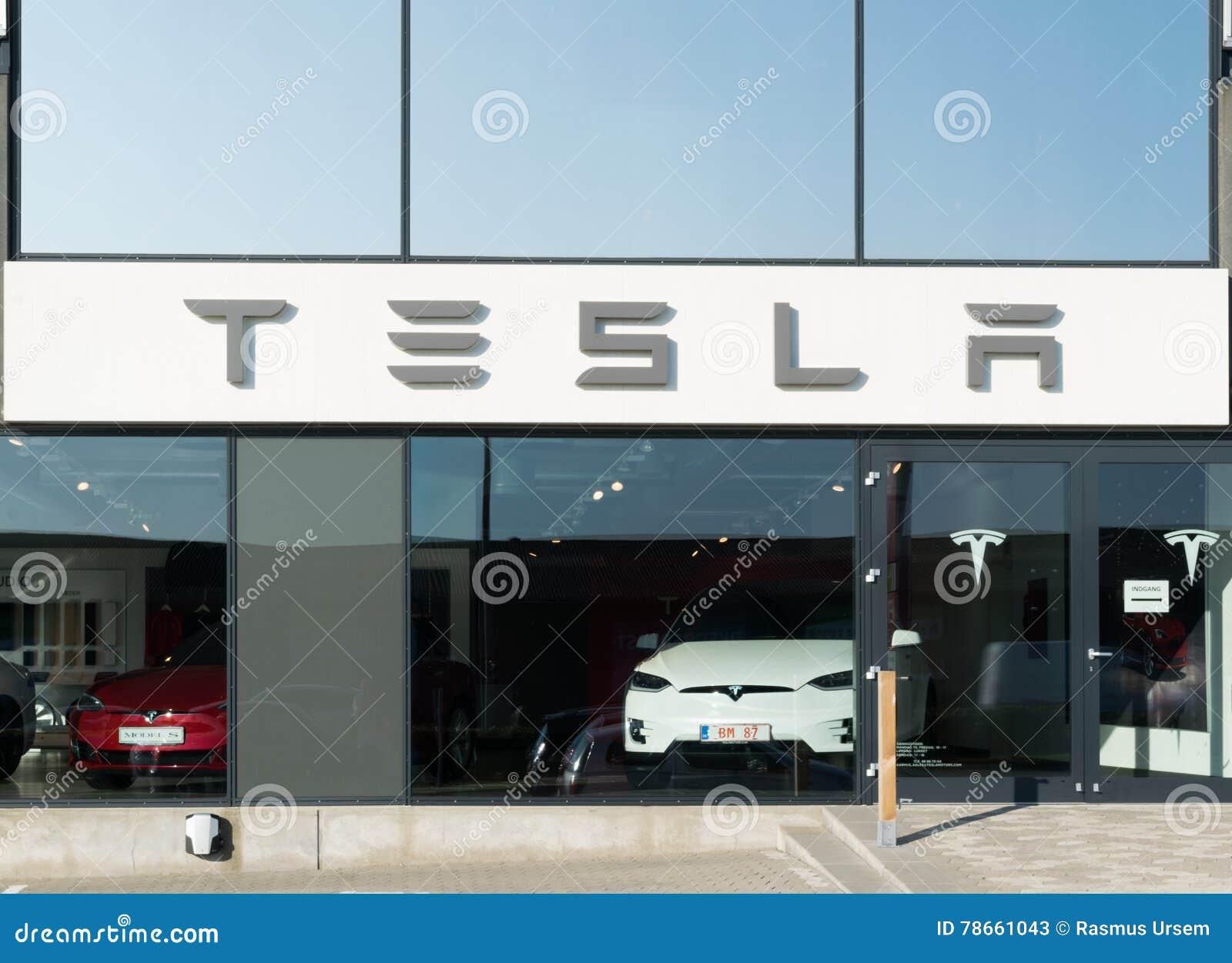 Aarhus, Dinamarca - 14 de setembro de 2016: Entrada do concessionário automóvel de Tesla