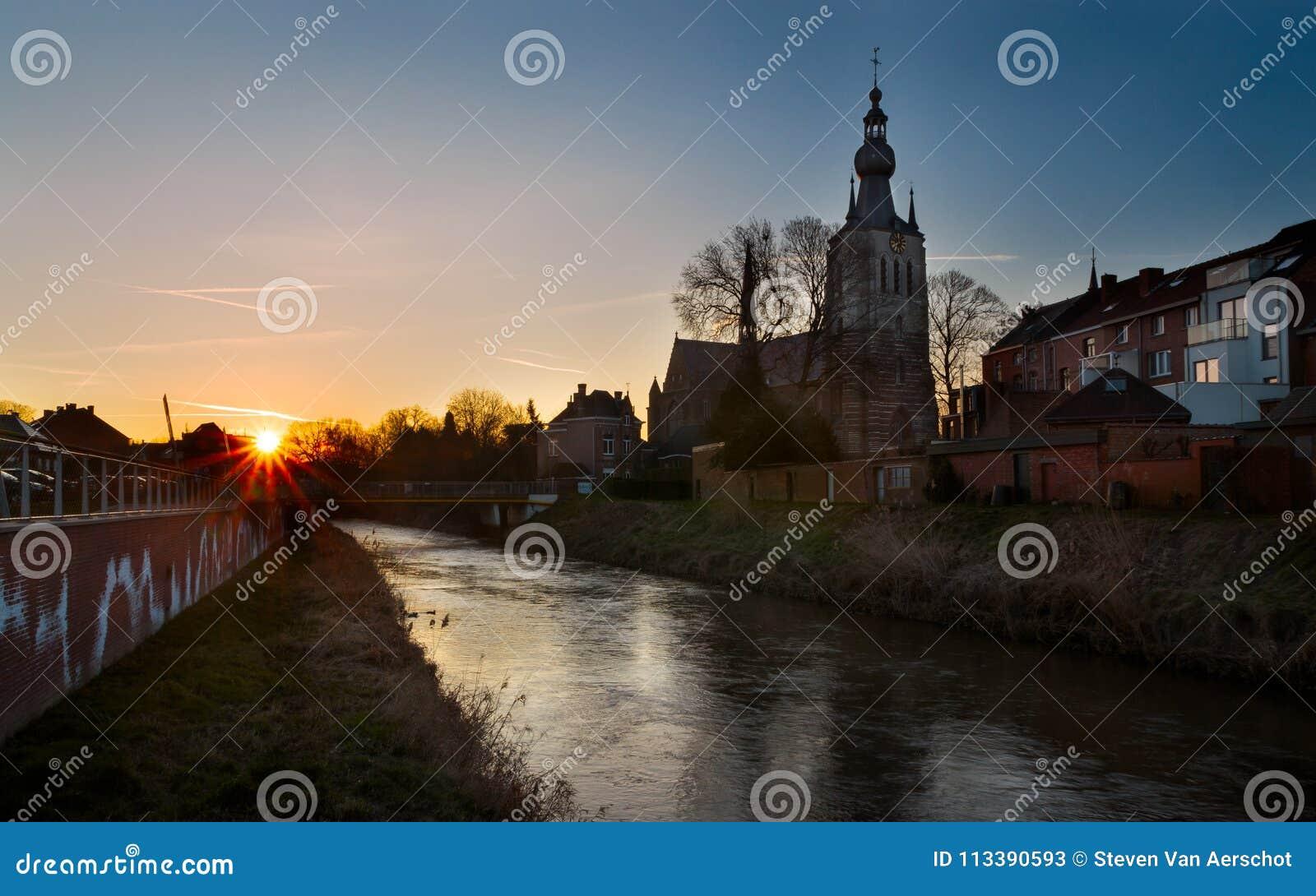 Aarschot gleich nach Sonnenaufgang, Belgien