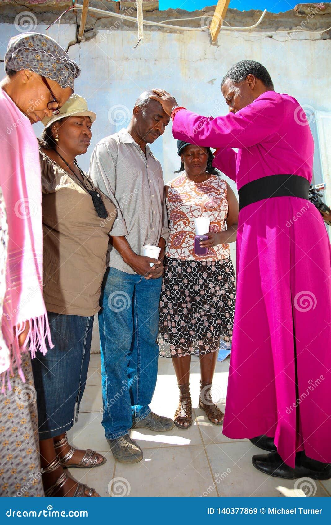 Aartsbisschop Priest Praying voor zijn congregatie
