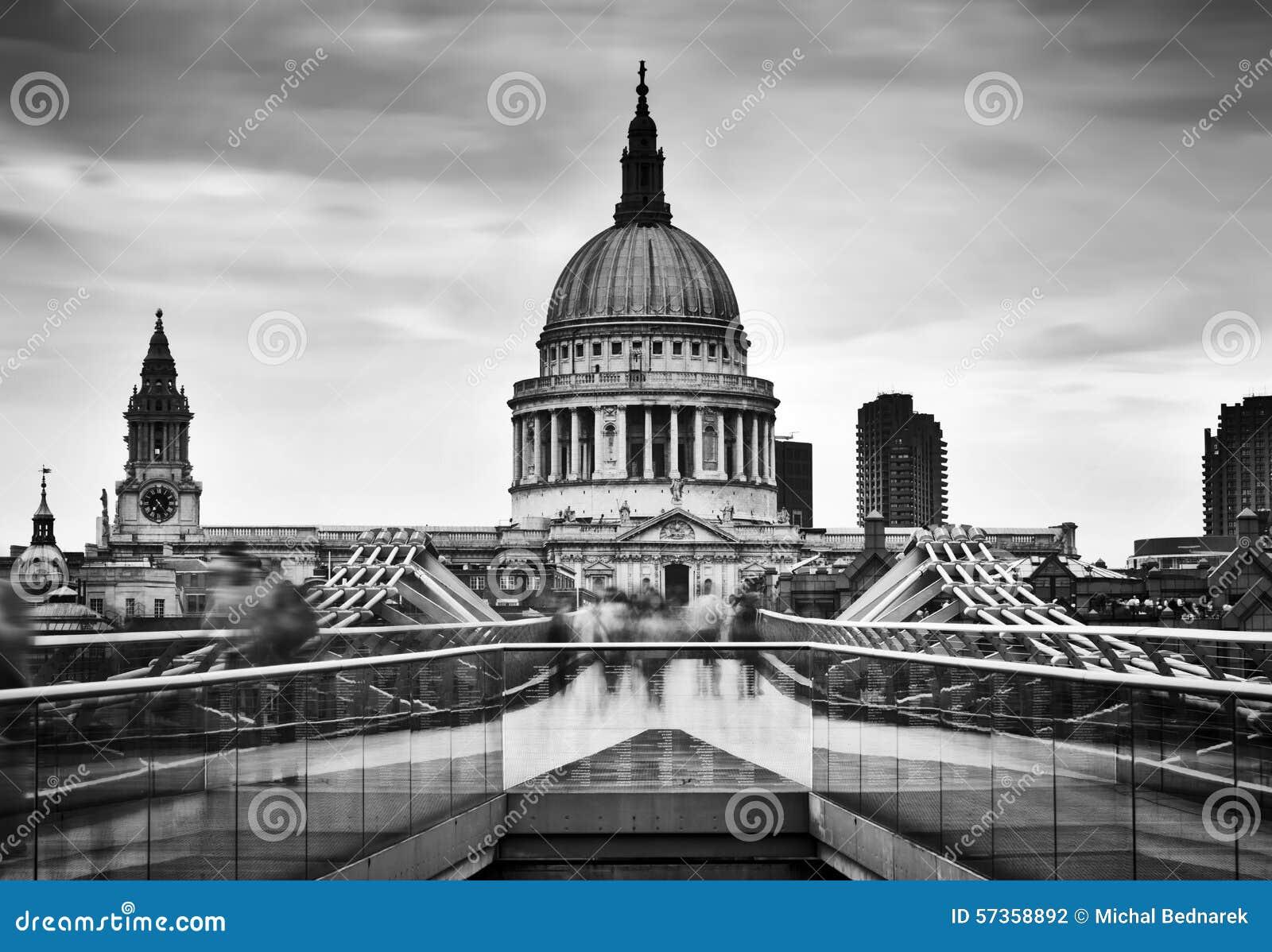 Abóbada da catedral de St Paul vista da ponte do milênio em Londres, o Reino Unido