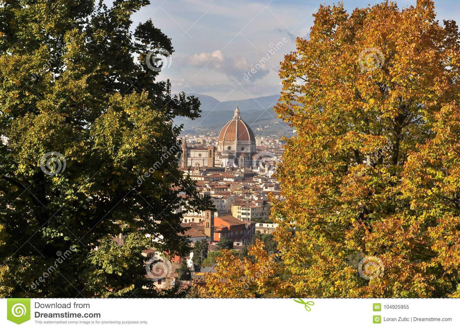 Abóbada de Brunelleschi em Florença entre as árvores do outono